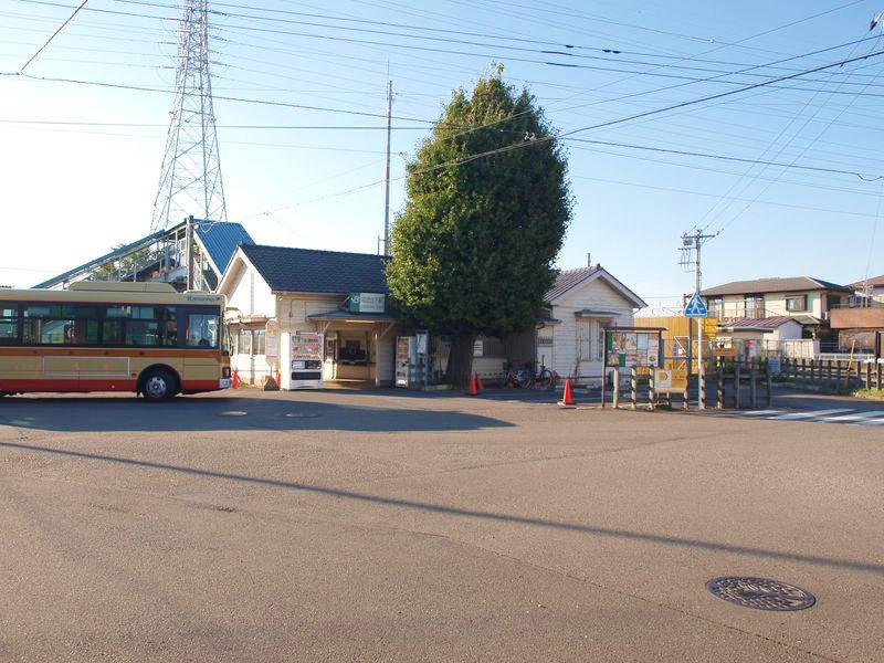 バスロータリーから。神奈中バスも停車中。