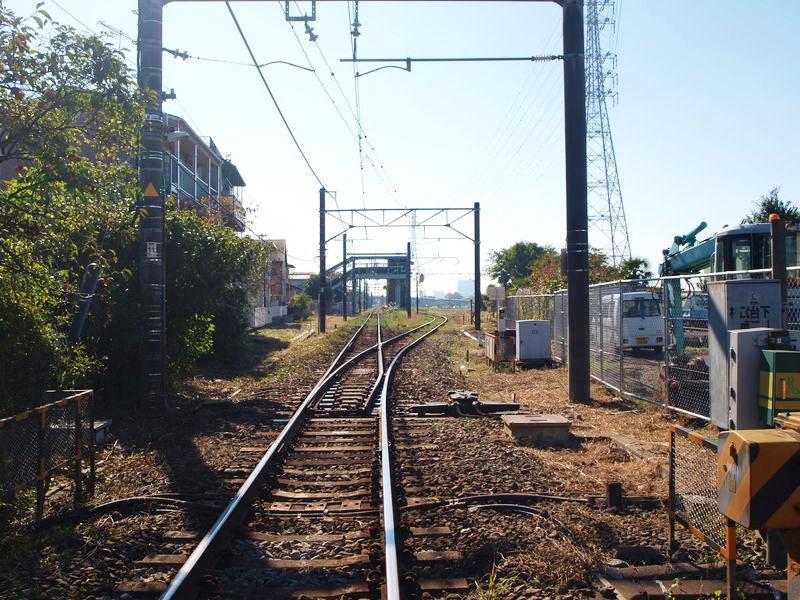 相武台下駅を抜けるまっすぐな線路