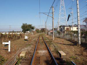 田んぼへ向かう線路。