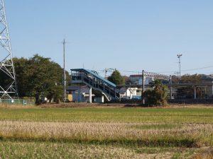 田んぼ側から眺めた相武台下の駅舎