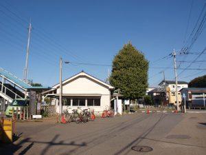 白い駅舎に並ぶイチョウの木が特徴。