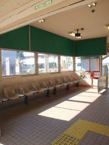 待合室。寒い日はここで待ちます。